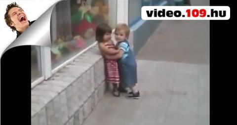 Aranyos kisfiú próbálkozása
