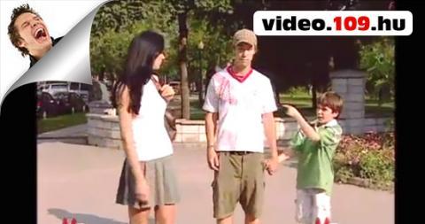 Vicces rejtett kamerás videó Perverz kisfiú