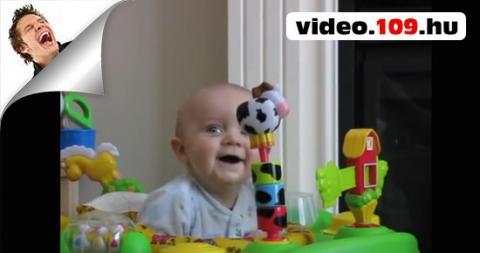 Baba reakciója,mikor az anyukája fújja az orrát