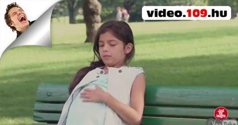 Vicces rejtett kamerás videók Terhes kislány